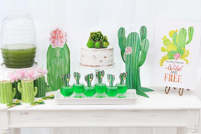 cactus idee deco candy bar avec des cactus de papier, cocktail cactus et gateau décoré de succulents