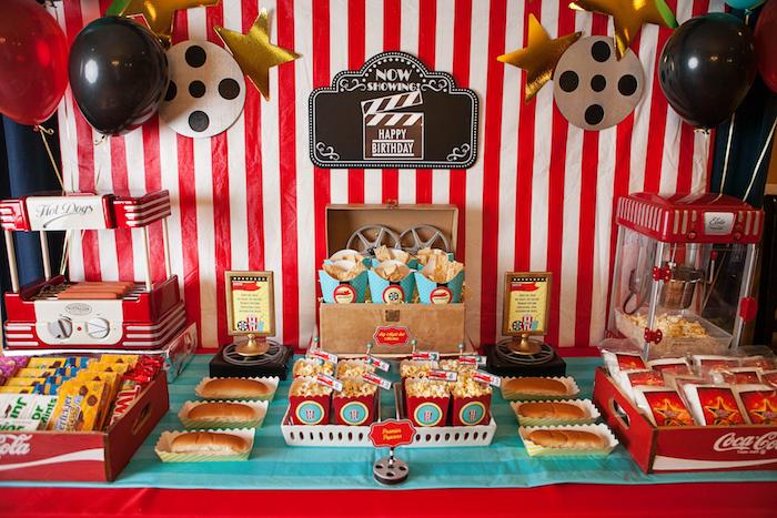 soirée cinéma d anniversaire avec deco motif cinéma, candy bar cinéma, hot dogs, pop corn, friandises
