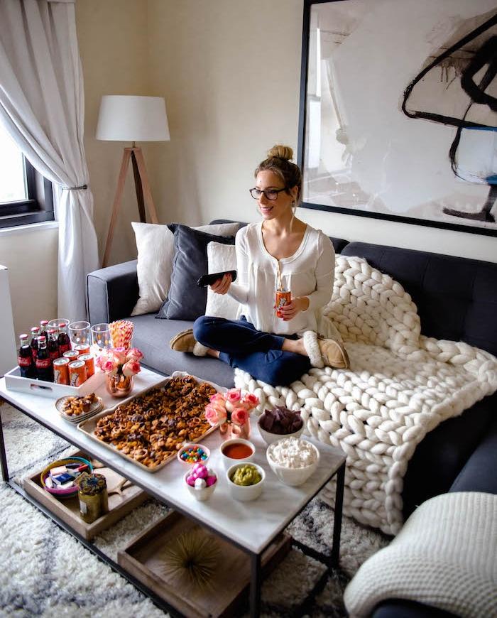 plaid sur canapé gris, friandises et boissons pour constituer un bar cinéma à la maison, soiree anniversaire cocooning