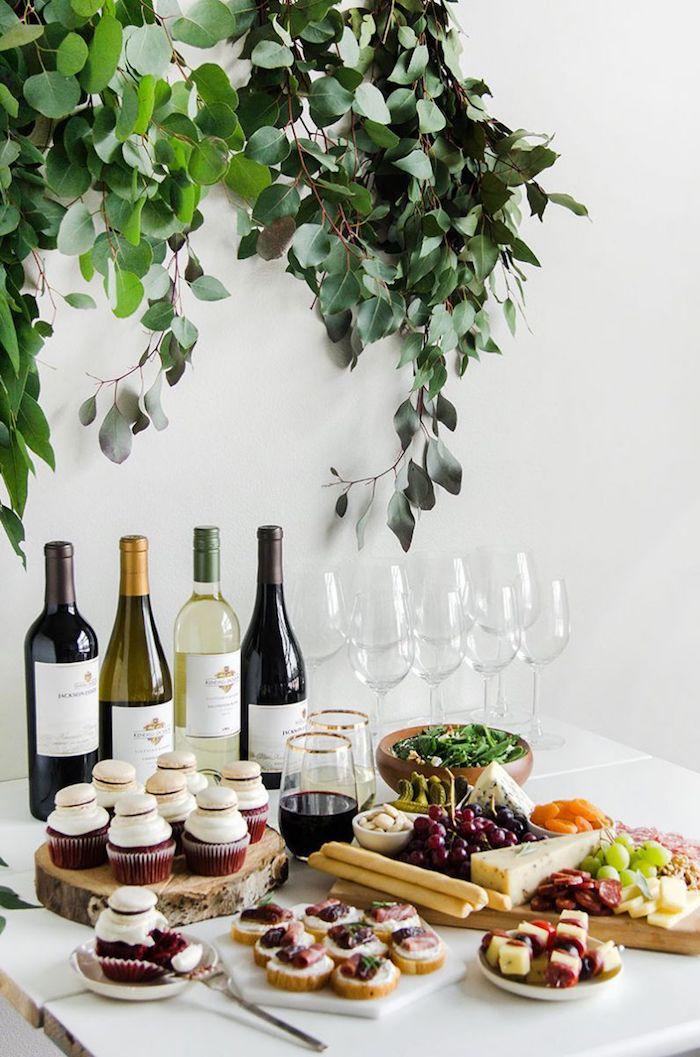 idée thème soirée dégustation de vins avec des aperos dinatoires exquis, verres et bouteilles de vin, plateau antipasti fromage charcuterie