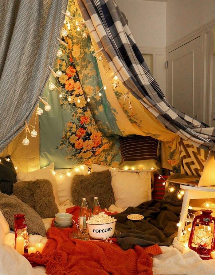 TIpi avec guirlandes lumineuses, soirée cineaste idee saint valentin, romantique idée de surprise pour la fête