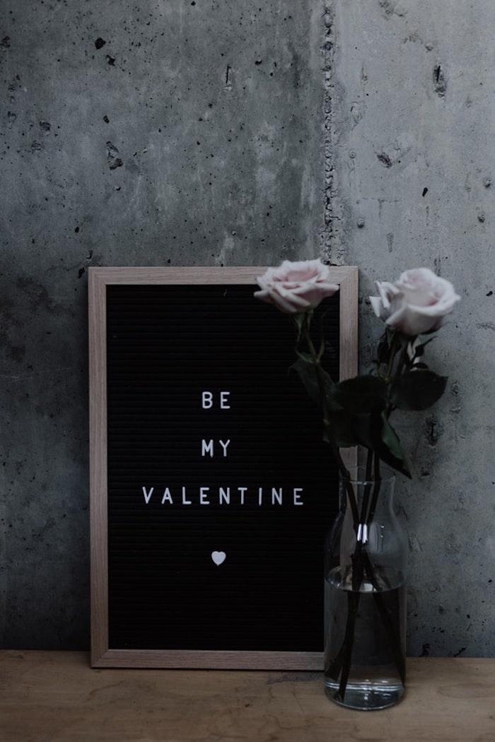 Ardoise idée saint valentin, inspiration fête déco de table pour la saint valentin, vase avec roses