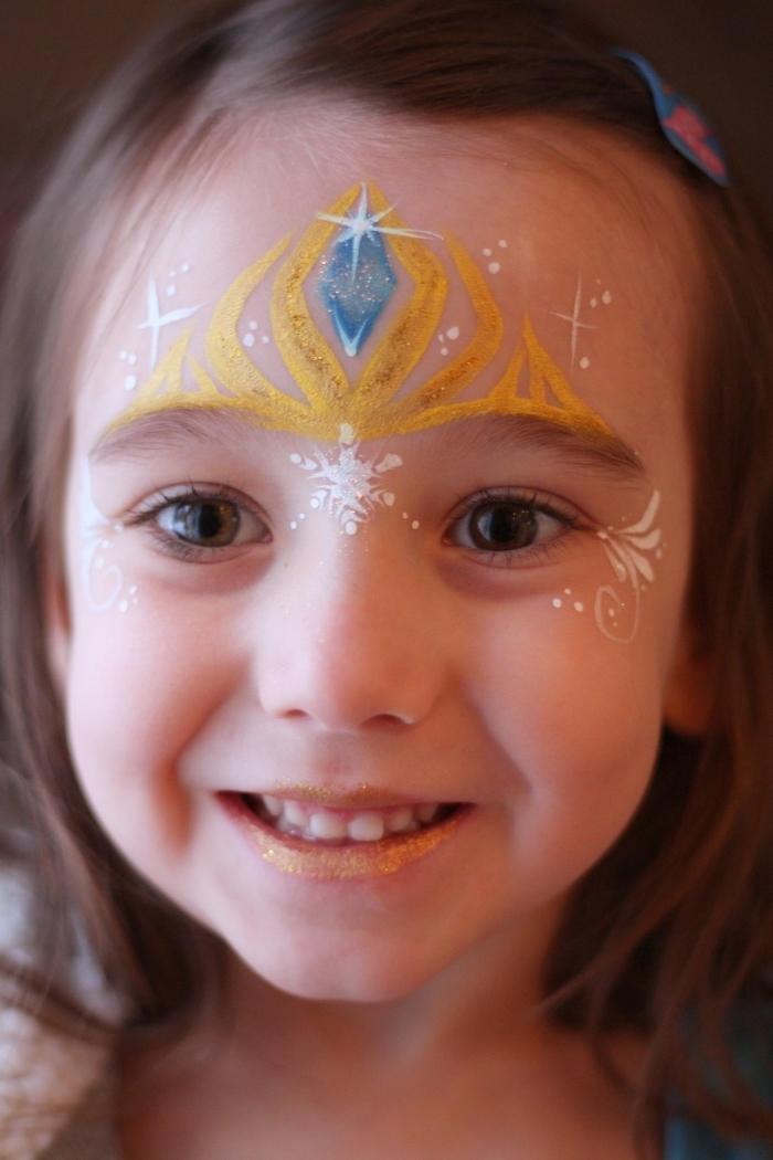exemple comment utiliser une peinture pour visage pour déguiser une petite fille en princesse pour un carnaval