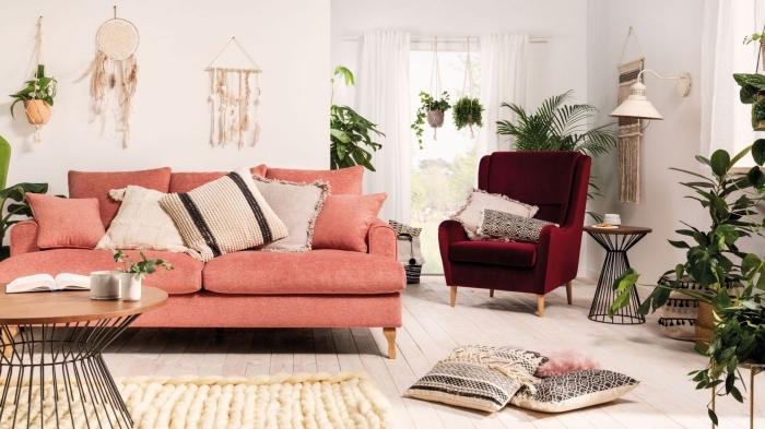 decoration salon 2020 de style éclectique avec meubles en tissu rouge et rose, salon bohème avec éléments jungalow style