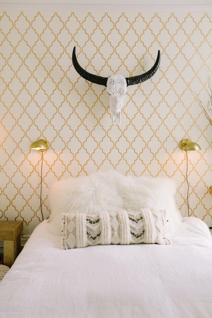 idée déco chambre adulte de style bohème chic aux murs blanc et or avec meubles en bois et accents en or