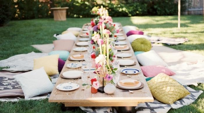 deco 30 ans de style bohème chic, organiser un party d'anniversaire dans le jardin avec table bois pique-nique et coussins décoratifs