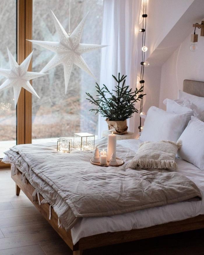 comment décorer une pièce blanche au parquet bois pour Noël, idee tete de lit en tissu gris dans une chambre blanche