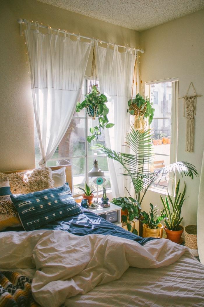 exemple comment décorer une pièce de style jungalow avec éléments bohème chic, idées quelles plantes d'intérieur