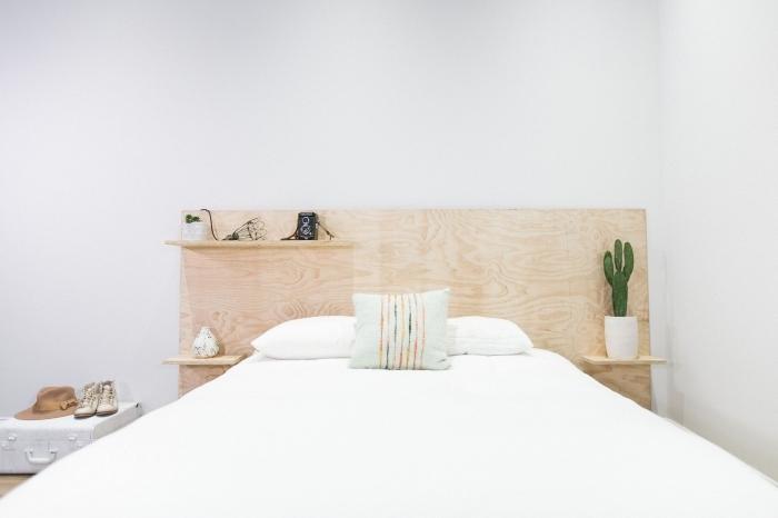comment aménager une pièce de style minimaliste avec meubles en bois clair, modèle de lit adulte avec rangement en bois