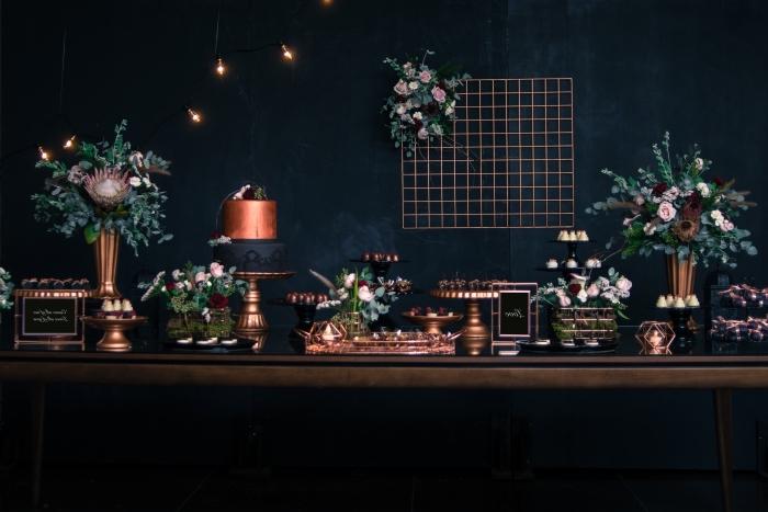 exemple de décoration anniversaire 30 ans homme ou femme de style contemporain en noir avec accents métallisés et fleurs