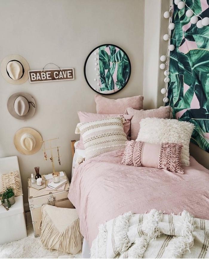 idée déco chambre ado aux murs de nuance beige avec objets ethnique et chapeaux bohème accrochés sur le mur