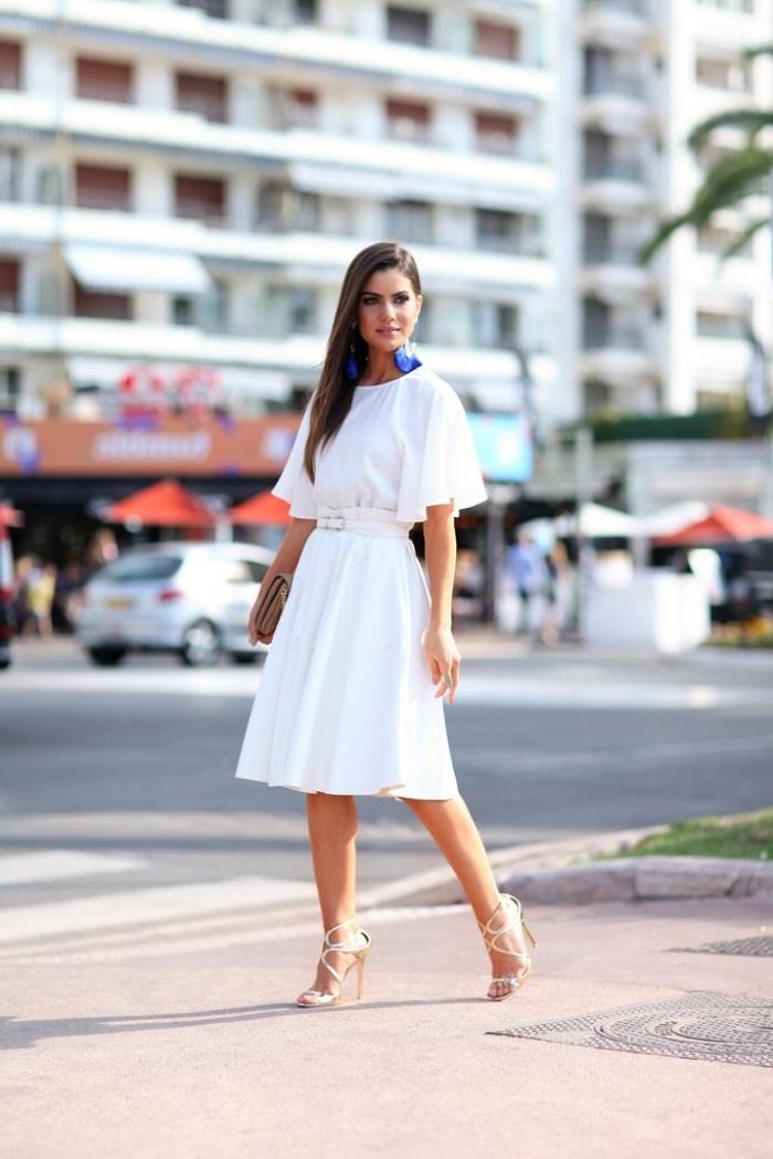 modèle de robe de soirée blanche ceinturée avec manches courtes combinée avec sandales hautes de couleur or