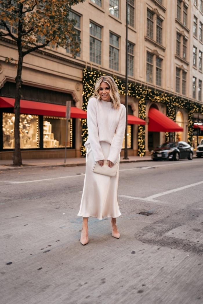 idée comment bien s'habiller en hiver, look femme casual chic en jupe 7/8 avec pull oversize en blanc et chaussures beige
