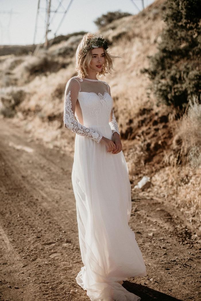 idée coiffure bohème pour cheveux courts, modèle de robe blanche boheme longue avec manches transparentes