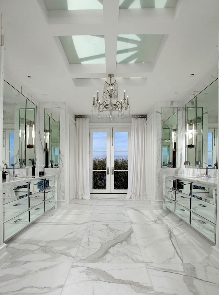 Plafond suspendu, lustre baroque, idee deco salle de bain, rénovation salle de bain en marbre blanc, meubles miroir surface