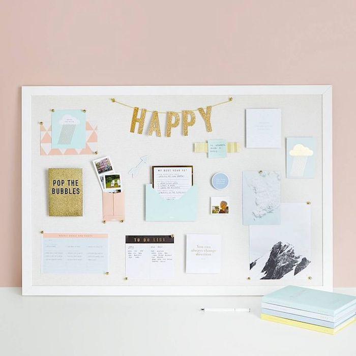 Mur rose, cadre blanc avec objets pour s'inspier a etre heureux, cadre photo pele mele, mood board transformation en tableau