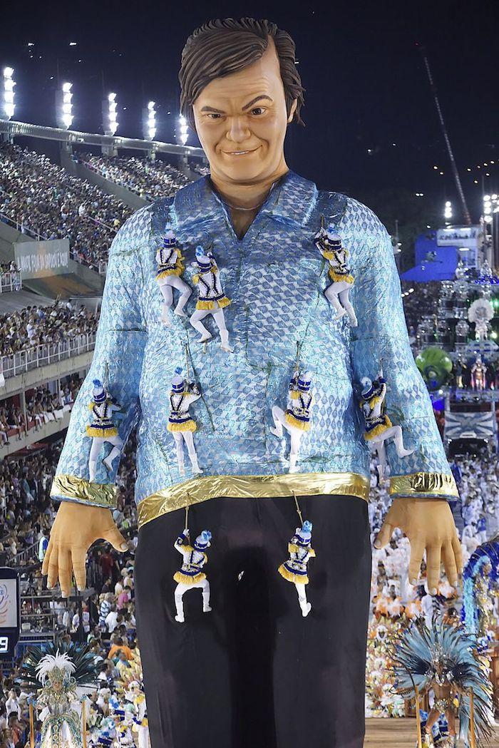 Rio carnaval figure géante, deguisement carnaval groupe, idée pour le carnaval à Rio de Janeiro avec danseurs et acrobats professionnels