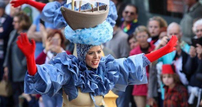 Femme costume robe avec grand col bleu, gants rouges, deguisement de groupe, déguisement de carnaval pour amis