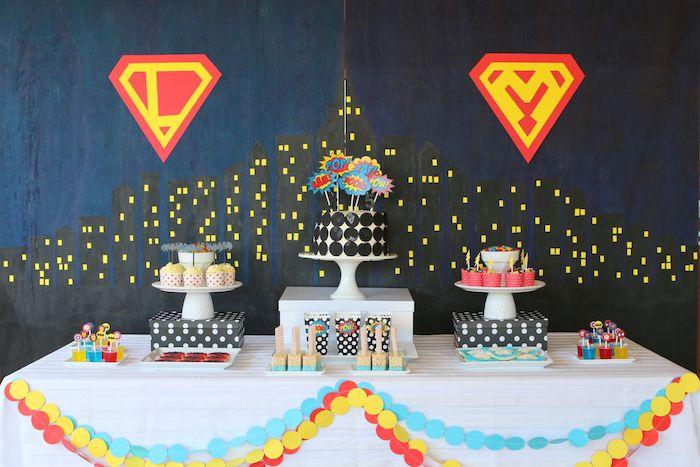 thème déguisement soirée superhéro avec fond noir et bleu marine, candy bar à cupcakes et gateau original
