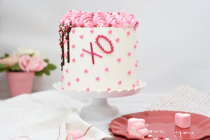 idée de dessert facile pour le menu saint valentin fait maison, modèle de gâteau blanc avec perles comestibles roses