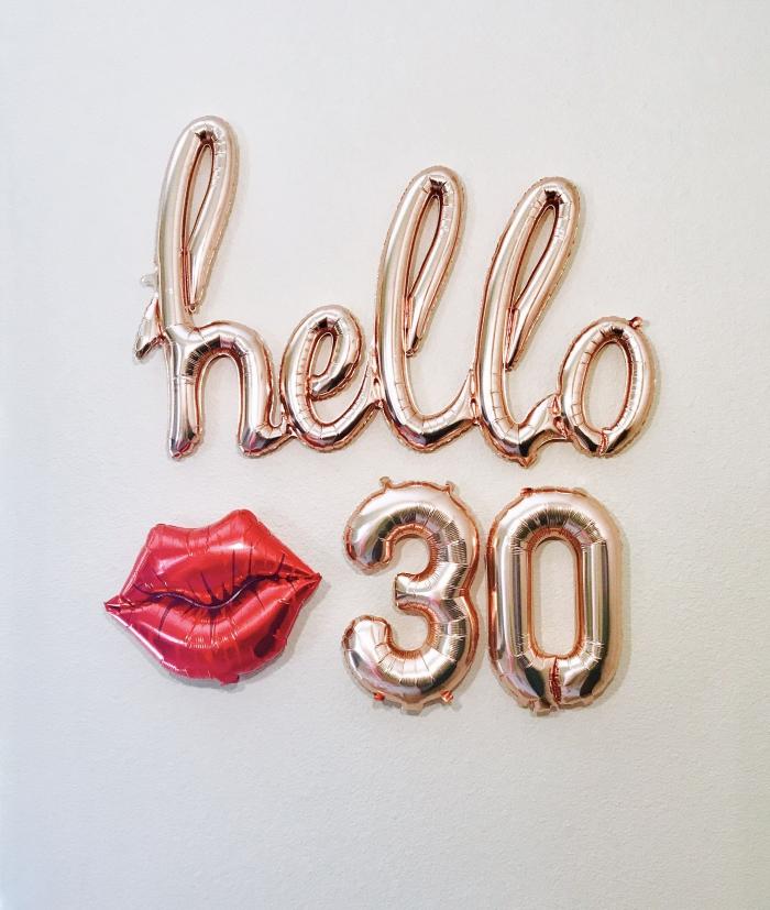 idée comment décorer les murs pour une fête d'anniversaire 30 ans avec ballons en forme de lettres et chiffre