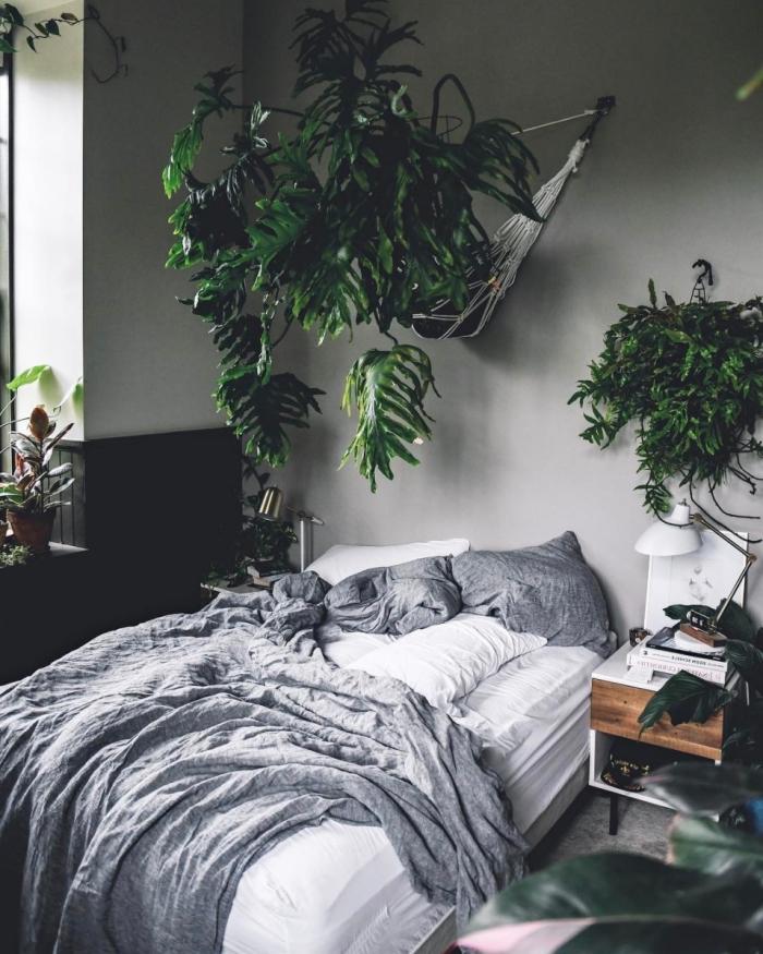 quelle couleur de peinture pour une chambre moderne, design pièce aux murs gris clair décorée avec plantes vertes