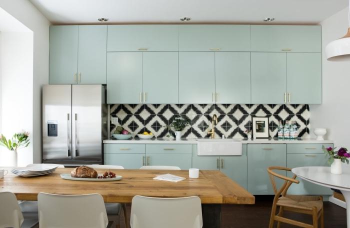 comment décorer une cuisine moderne avec meubles de couleur vert celadon, modèle de cuisine en longueur