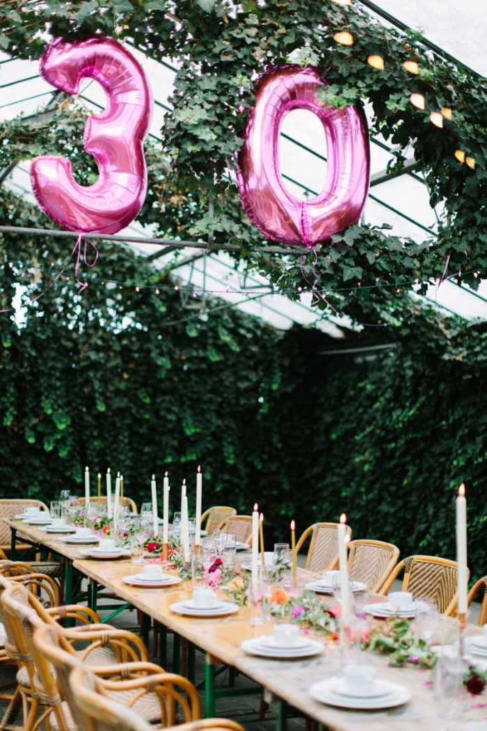 exemple comment bien organiser un party d'anniversaire dans le jardin avec déco de table rustique et ballon 30 ans
