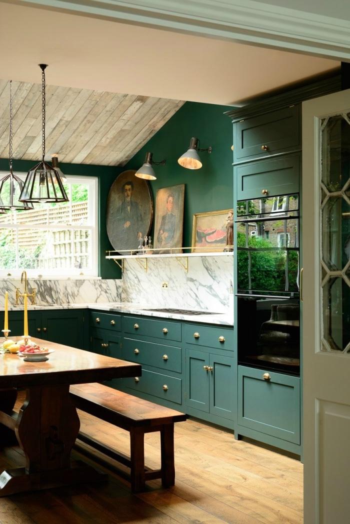 idée de couleur complémentaire du vert, design de cuisine en L avec crédence marbre et meubles de nuance vert foncé