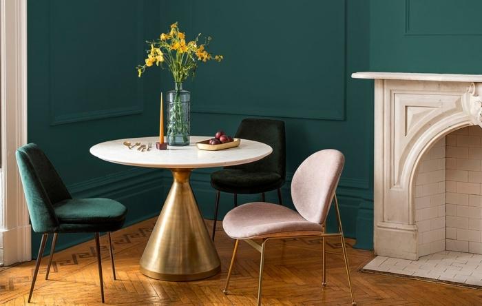 decoration interieur maison moderne, design pièce aux murs vert foncé et sol en bois marron aménagée avec meubles en velours