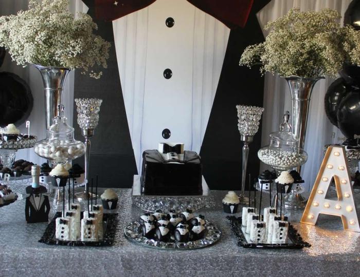 exemple de table d'anniversaire 30 ans homme décoré en blanc et noir avec vaisselle en argent, déco stylée pour fête masculine