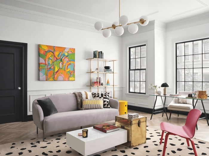 decoration interieur maison moderne avec accents rétro chic, design salon blanc avec porte noir et parquet bois