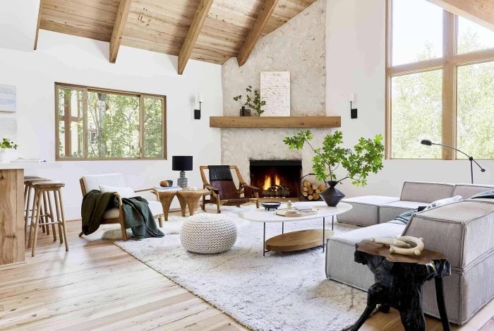 design salon tendance aux murs blancs avec sol et plafond en bois clair, idée déco salon cozy avec cheminée
