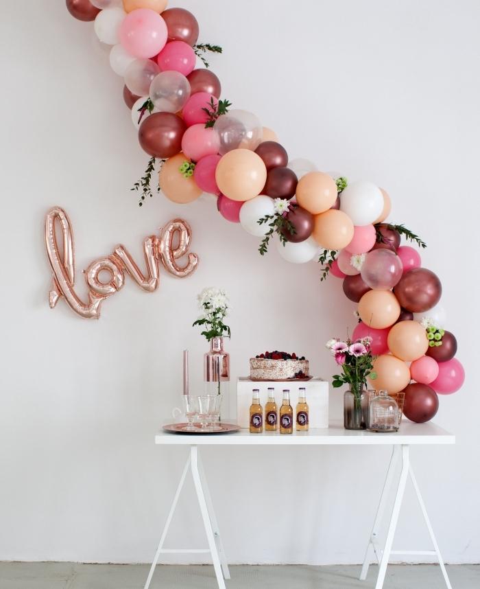exemple de deco anniversaire pas cher avec ballons en rose et corail, coin gâteau et boissons pour anniversaire