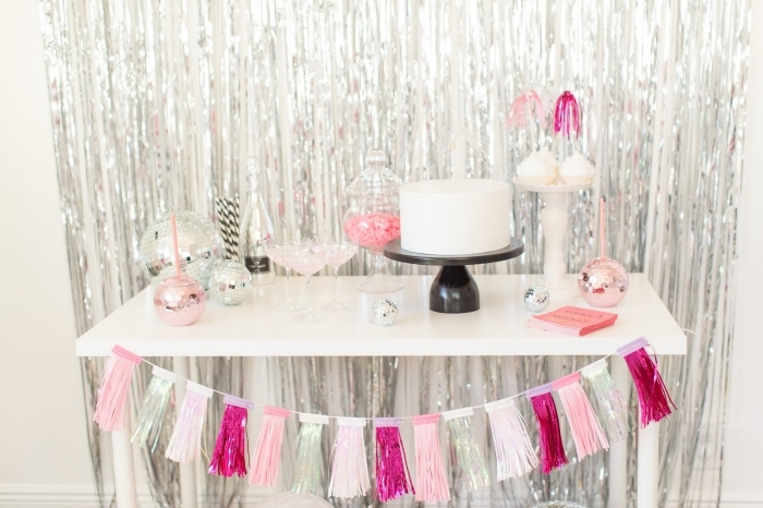célébration d'anniversaire 30 ans femme avec party à la maison, coin festif avec desserts et gâteau à déco argent et rose