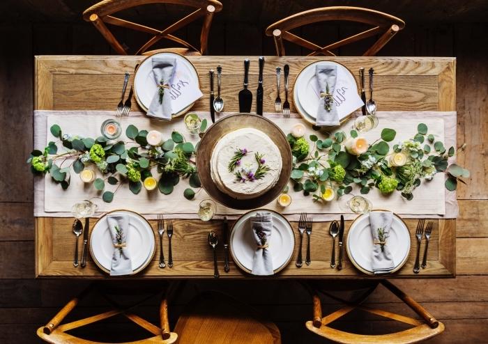 exemple comment décorer une table d'anniversaire de style rustique avec couverts en argent, idée de pliage serviette tissue