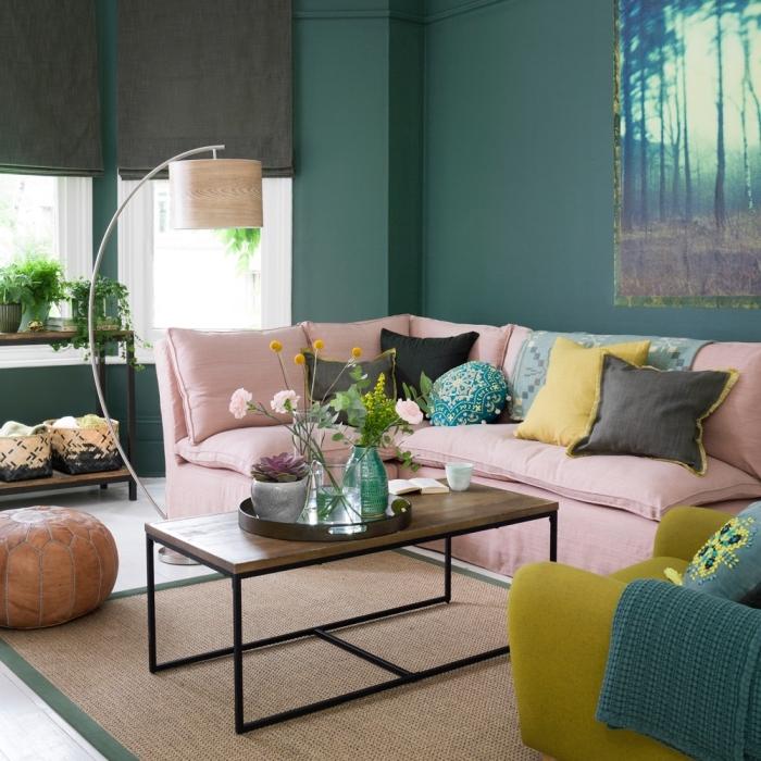 tendance couleur 2020 pour les murs dans un salon vert aménagé avec meubles colorés en rose pastel et jaune moutarde
