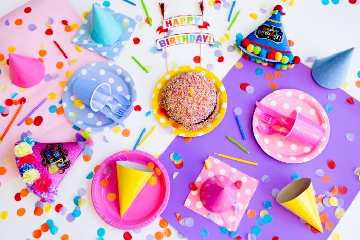 comment décorer une table de party pour enfant, idée couverts de table pour un anniversaire d'enfant et pliage serviette simple