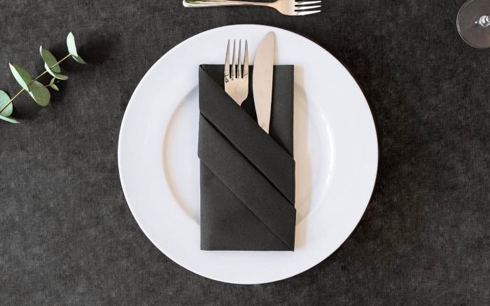 modèle de pliage serviette papier stylé, comment plier une serviette noire en forme de pochette pour couverts