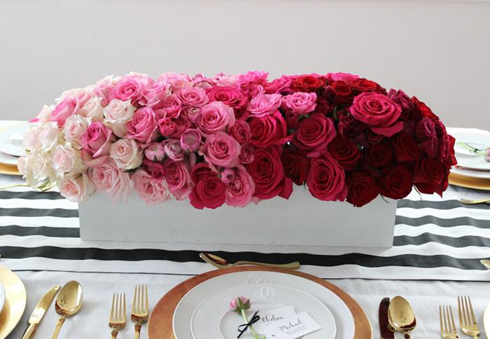 Vase de roses banches et roses et rouges, superbe idée surprise saint valentin, une belle table d amoureux