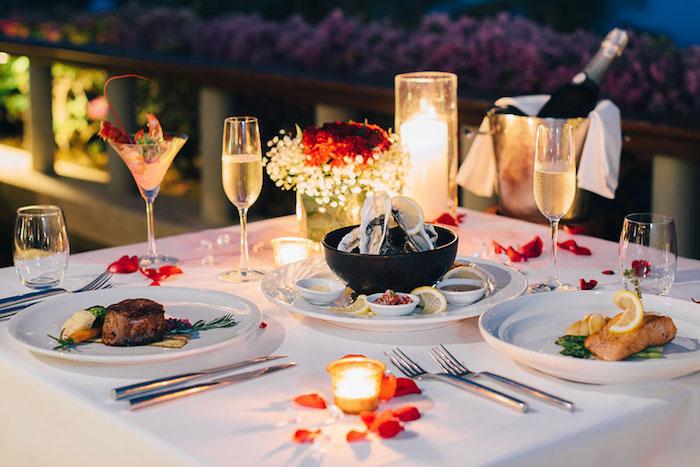 Table avec bougies et champagne, soirée saint valentin, idee deco soiree romantique très jolie