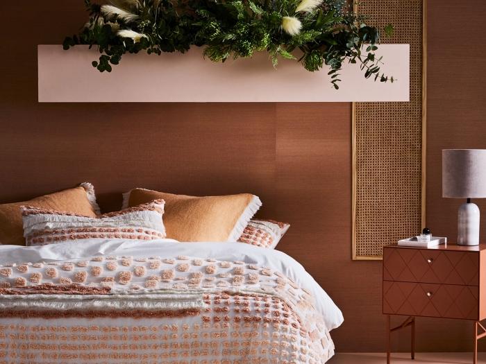 exemple comment réaliser une deco chambre adulte moderne avec accents en rose et terracotta, idée couverture de lit à décoration pompons en nuance beige et marron