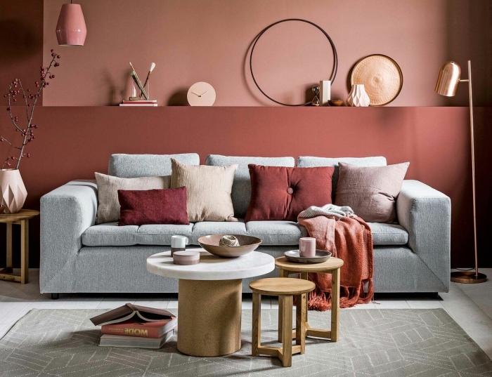 tendance déco 2020, idée peinture moderne de nuance terracotta rouge foncé dans un salon au sol effet marbre blanc