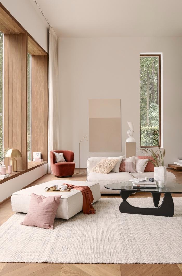 decoration salon 2020 aux murs blancs et parquet bois aménagé avec meubles blancs et accents roses et rouges