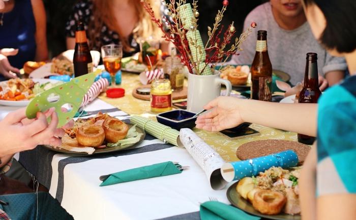 idée de pliage serviette papier pour party d'anniversaire, conseils comment organiser une bonne party chez soi