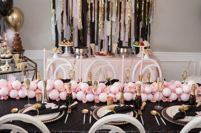 exemple de décoration table anniversaire adulte stylée en noir et rose avec accents en or, organiser un party à la maison