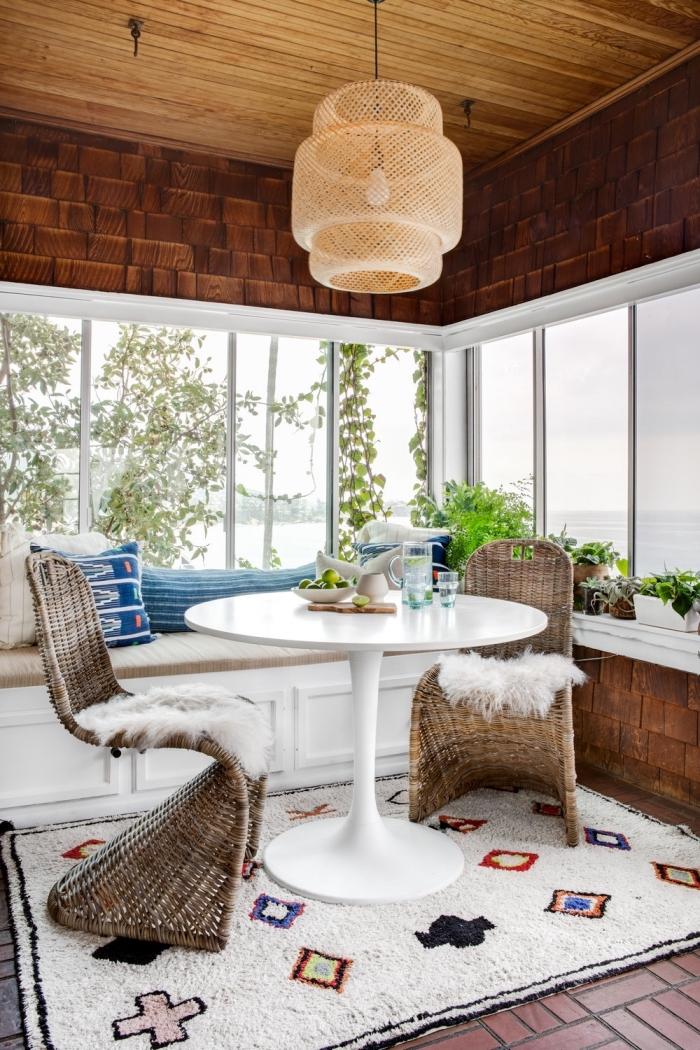 idée de deco cocooning dans une salle à manger avec vue impeccable aménagée avec meubles tressés et accents colorés