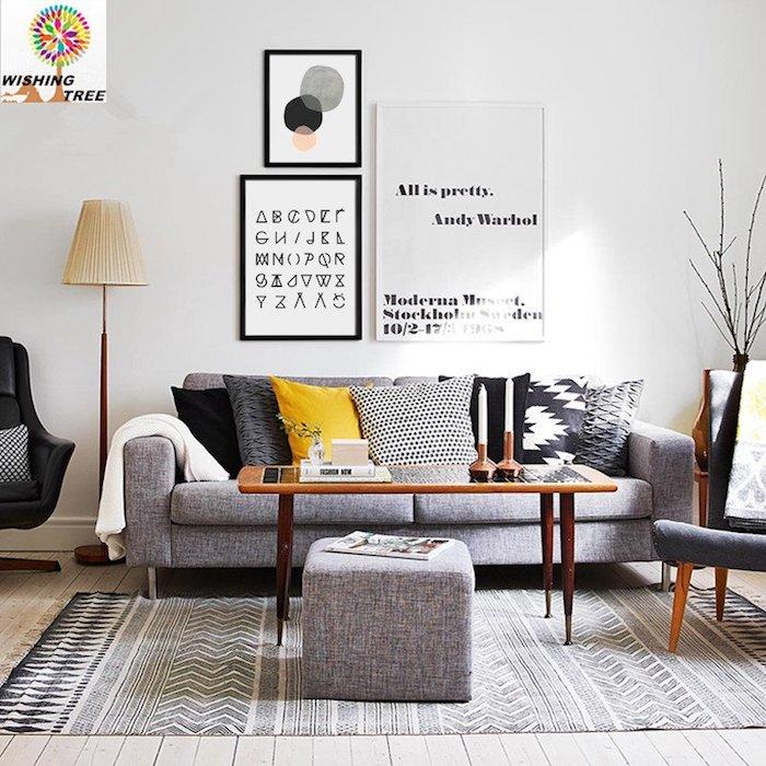 Salon avec canapé confortable, coussin jaune, faire un tableau de visualisation originale sur le mur directement avec cadres photo personnalisé idée