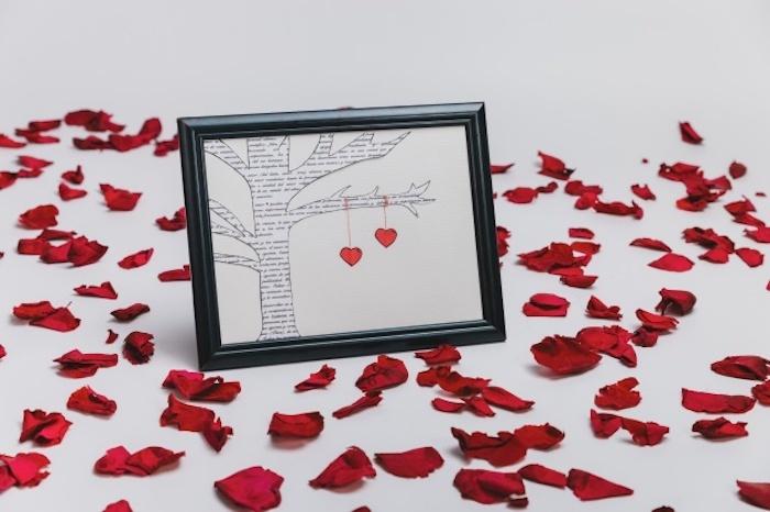 Pétales de roses et un carde avec image diy arbre avec deux coeurs ensemble, deco de fete, idee deco de table romantique pour st valentin