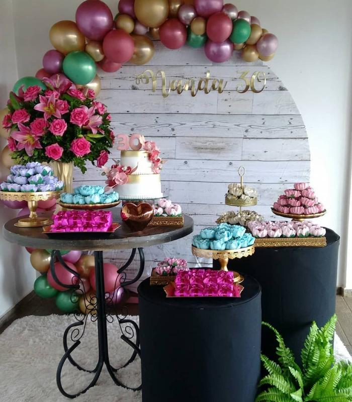 deco 30 ans en couleurs flashy, idée coin d'anniversaire femme avec une déco en ballons stylés et fleurs fraîches